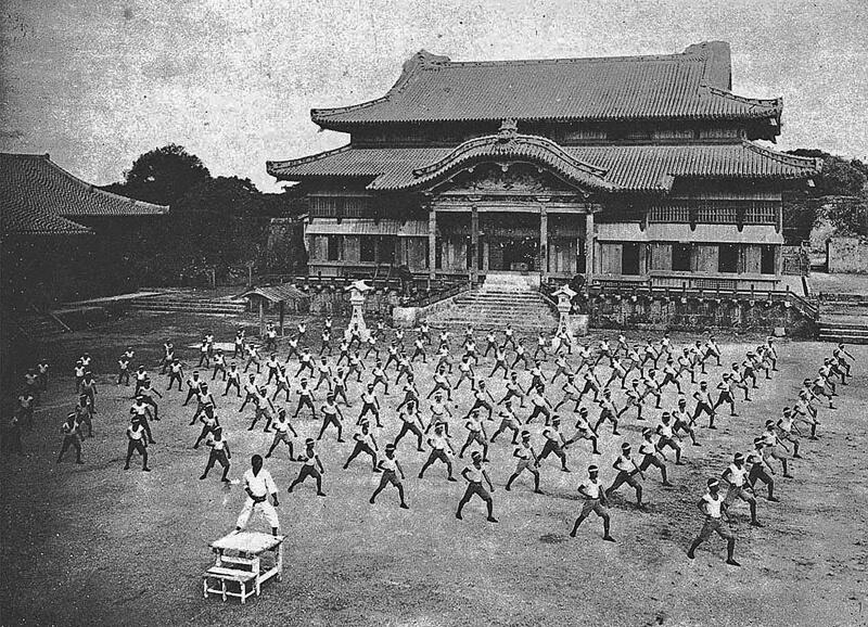 Entrenamiento de karate con Shinpan Gusukuma sensei en el castillo de Shuri c.1938, Prefectura de Okinawa, Japón - Los mejores uniformes de karate en Venezuela son Arawaza